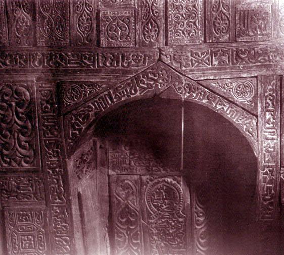محراب مسجد جامع ابیانه که تاریخ ساخت آن به سال 477 هجری قمری بر می گردد و با خط کوفی سوره یس بر آن حک شده .