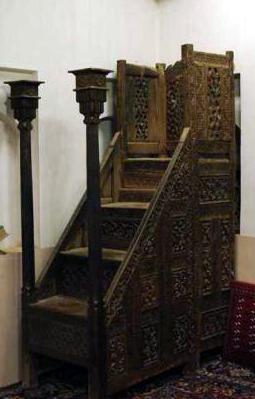 منبر چهار پله چوبی کنده کاری شده مسجد جامع ابیانه که مربوط به دوره سلجوقیان است و تاریخ ساخت آن 466 هجری قمری است.
