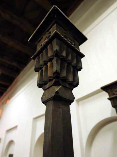 دسته منبر مسجد جامع ابیانه که به شکل سر ستون ساخته شده  و روی آن گل هشت پر لوتوس نظیر آنچه که بر روی سنگهای تخت جمشید از عصر هخامنشیان بر جای مانده دیده می شود