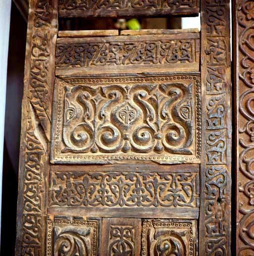 نقوش گل وبوته که بر روی منبر مسجد جامه ابیانه کنده کاری شده