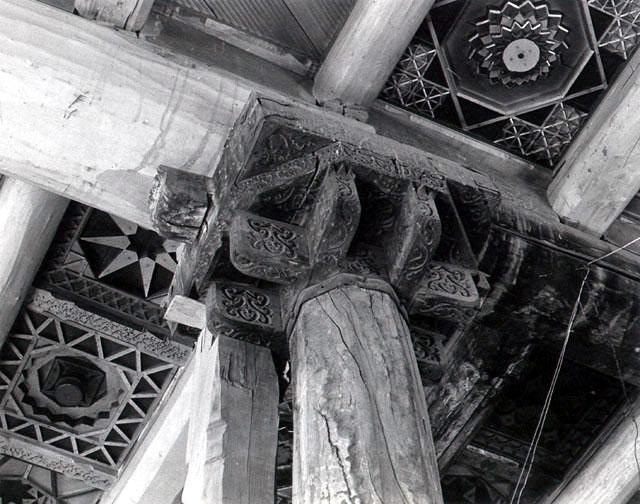 سرستون کنده کاری شده و سقف مسجد جامع ابیانه