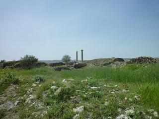 دورنمای بنای یادبود و حمام های تاریخی پیرامون آن