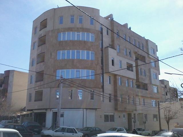 ساختمان با نمای سنگ