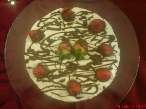 چیز کیک با مغزی و تزیین توت فرنگی و شکلات