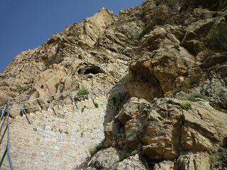 دهانه ی غار از دور