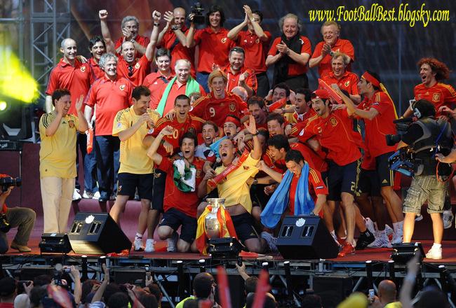 http://s3.picofile.com/file/7405614729/Spain_Trophy_Euro_2008_www_FootBallBest_blogsky_com.jpg