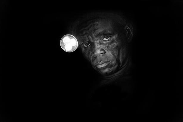 تصویر یک کارگر معدن طلا در غنا