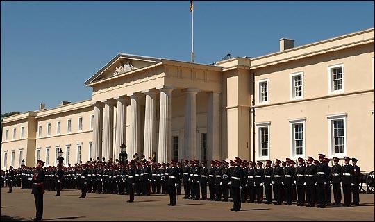 اکادمی سندهرست بریتانیا از معتبرترین مراکز آموزشی افسران نظامی در جهان است که افغانستان نیز با این نهاد قرار داد دارد.