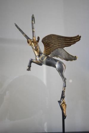 مجسمه بز بالدار طلایی