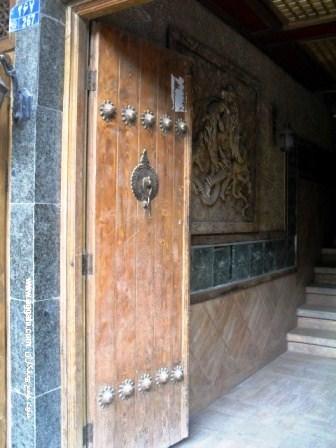درب قدیمی و گره چینی با چوب