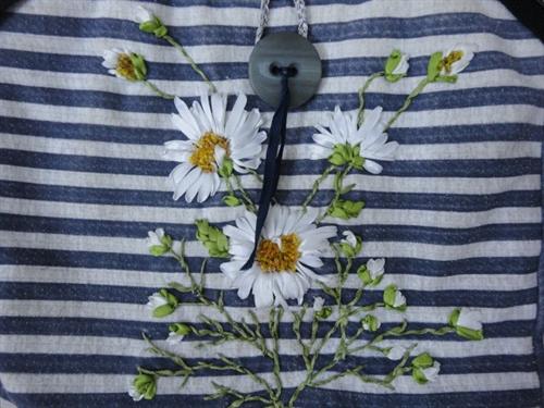 راه رها آبی با گلهای روبانی سفید