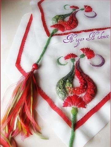 رومیزی با کارهای سبز و قرمز
