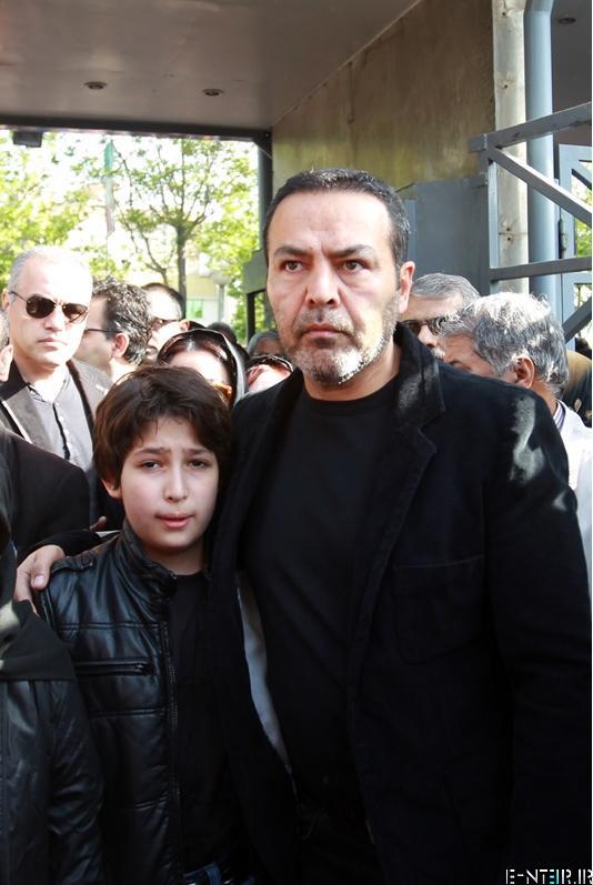 فریبرز عرب نیا همسر عسل بدیعی در مراسم خاکسپاری پیکر عسل بدیعی