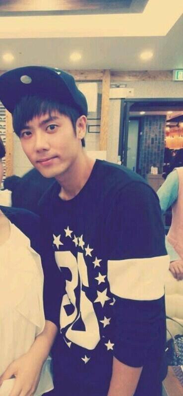 1391694 524146337668552 424671823 n photo]Kim Kyu Jong at the Cafe [13.10.06]