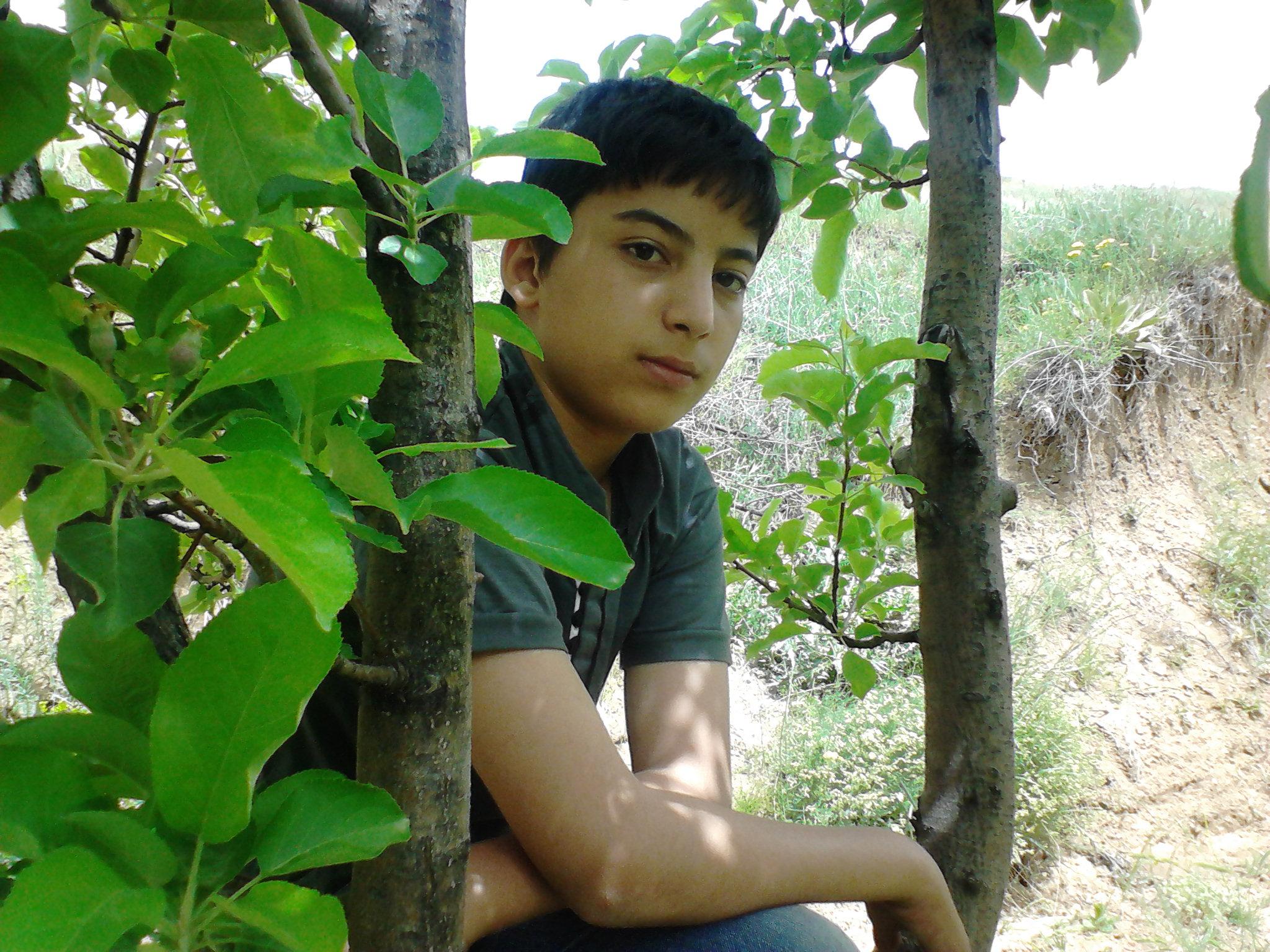 محمدرضا علیپور(نویسنده وبلاگ) درباغ پدربزرگش است.