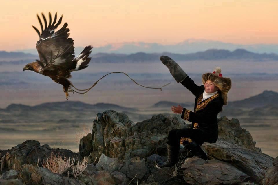 عکس بچه مغولستانی با حیوانات گرانبها،عکس های زیبا از طبیعت مغولستان،عکس با پرنده،عکس عقاب،عکس بچه،عکس عقاب،مغولستان