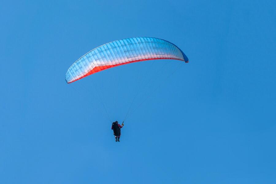 عکس زیبا از پرواز یک چترباز