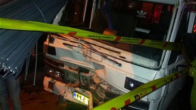 واژگون شدن کامیون حامل میلگرد در پارکینگ یک منزل , حوادث