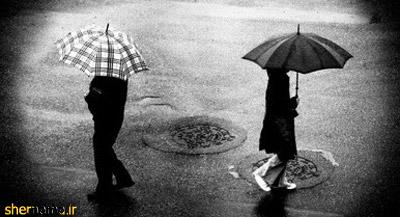 عکس سیاه و سفید دو تنها زیر چتر