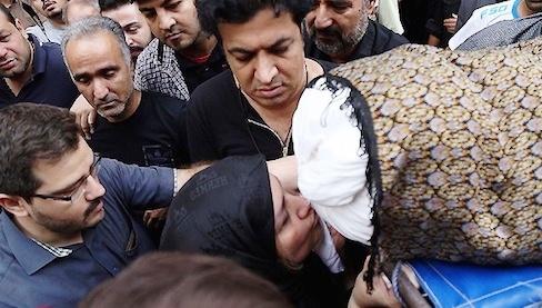 عکس مادر علی طباطبایی درحال بوسیدن کفن پسرش , عکس بازیگران