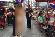 میدان تایمز نیویورک: محلی برای خودنمایی زنان تقریبا برهنه