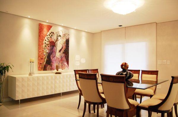 میز و بوفه در اتاق نشیمن