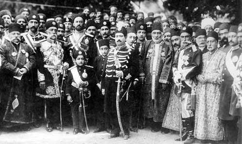 احمد شاه در کنار پدرش